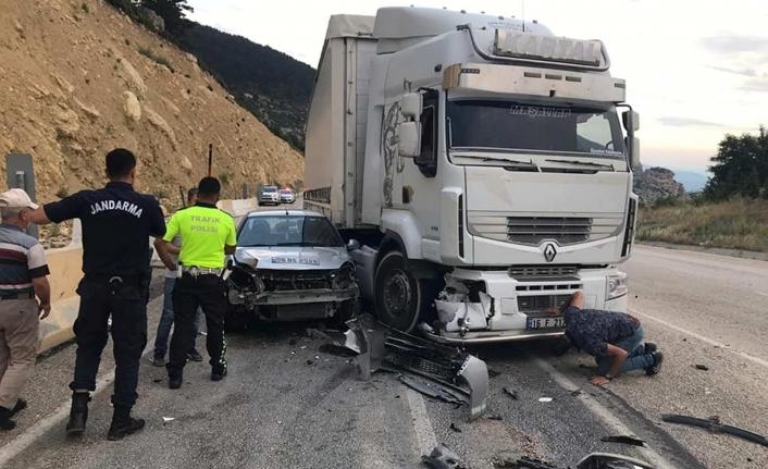 Tır İle Otomobil Kafa Kafaya Çarpıştı 1 Yaralı